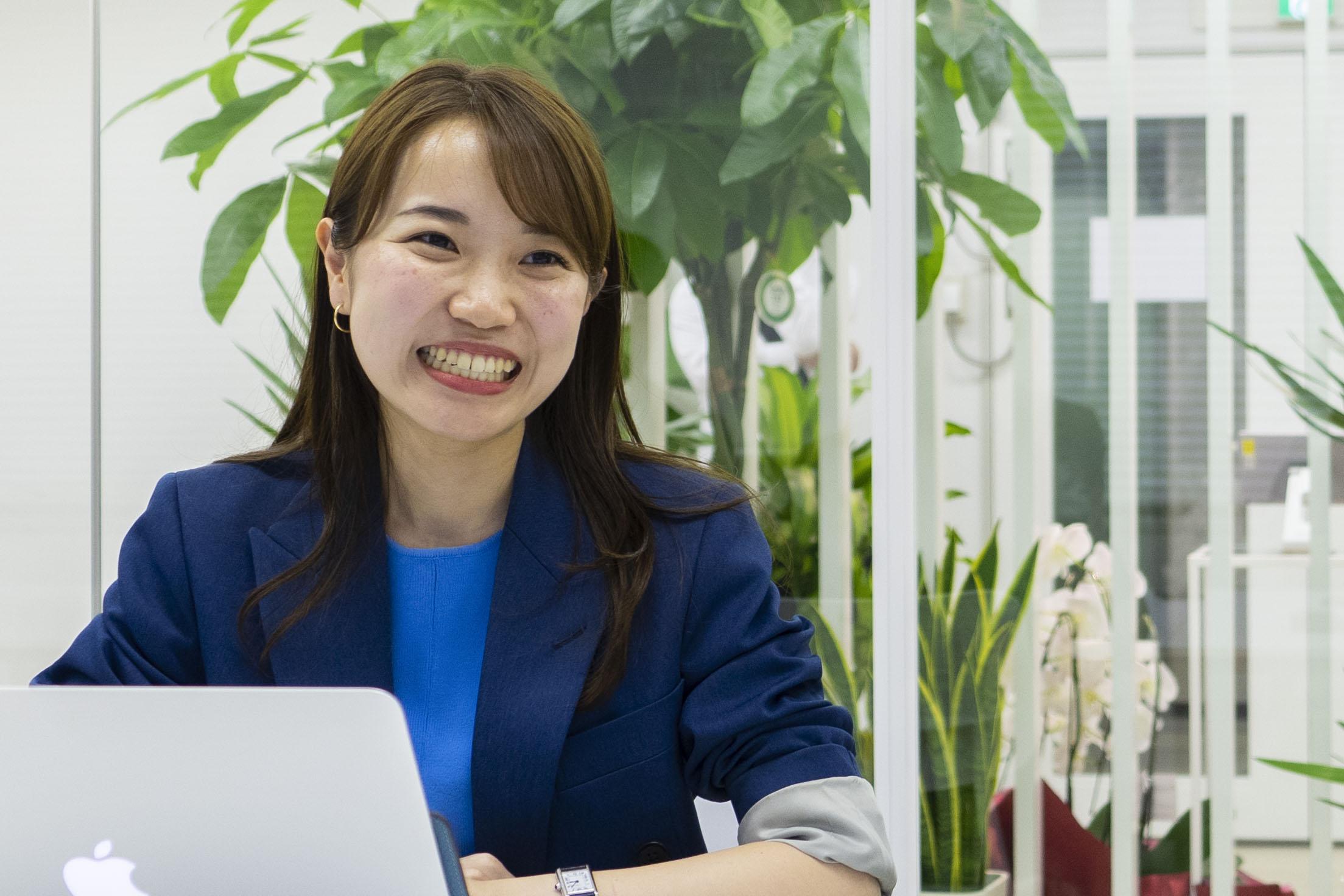 【佐野 緑さん】  入社二年目。事業推進部に所属し店舗での接客を担当。アメリカの大学を卒業後、大手化粧品メーカーの内定を辞退し、FABRIC TOKYOでチャレンジすることを決意。