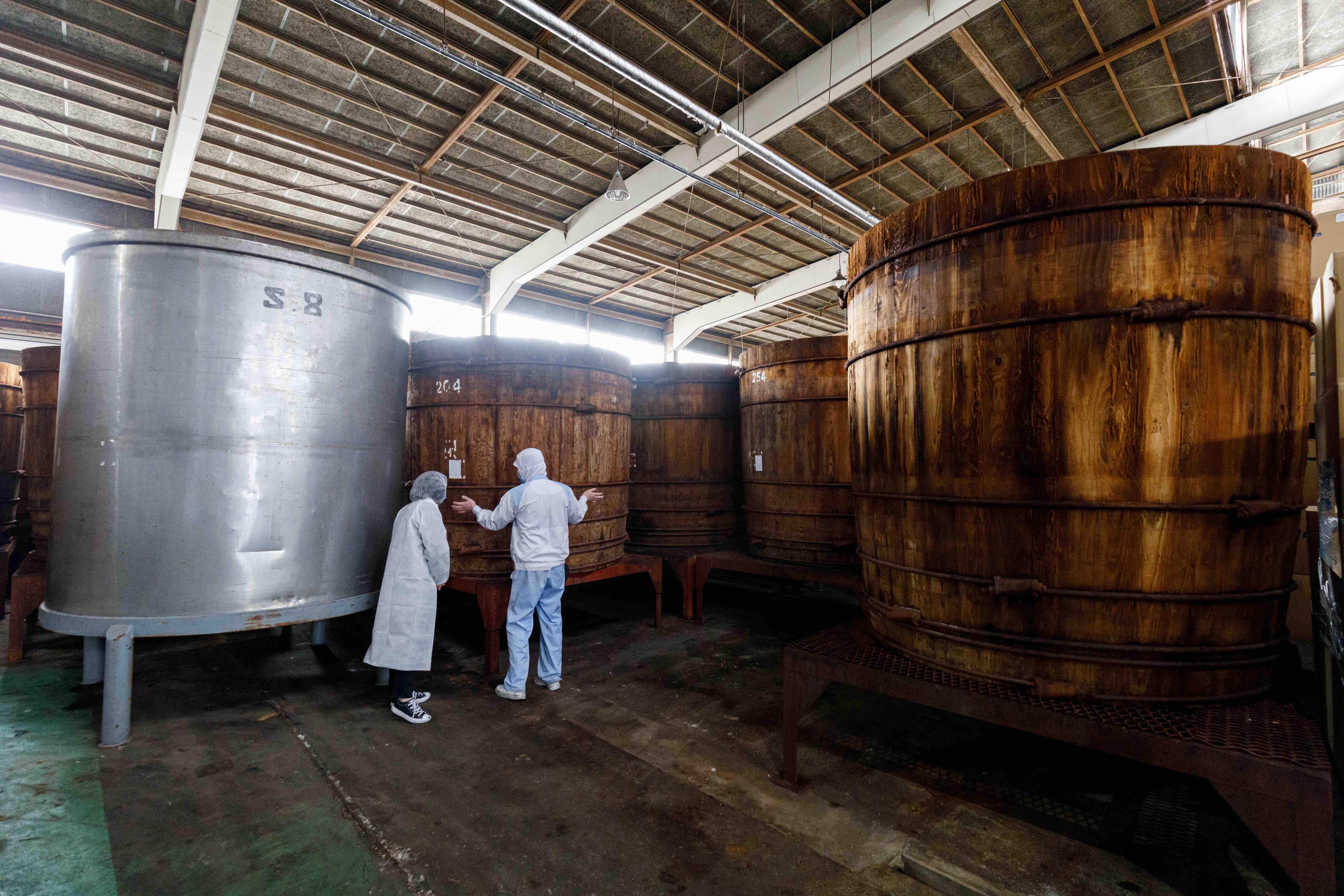 *約5tも入る木桶。長いときは5年ほど寝かせ熟成させることも。
