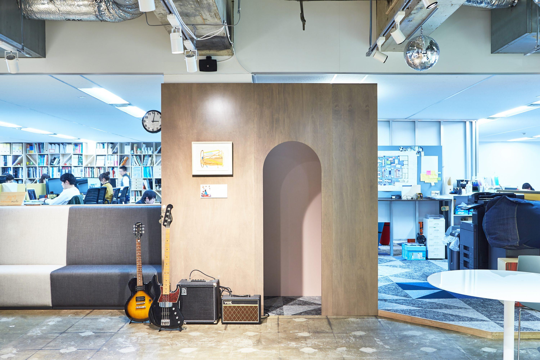 上の写真は旧オフィス(6月撮影時点)の様子。現在はすでに新オフィスに移転済みです。