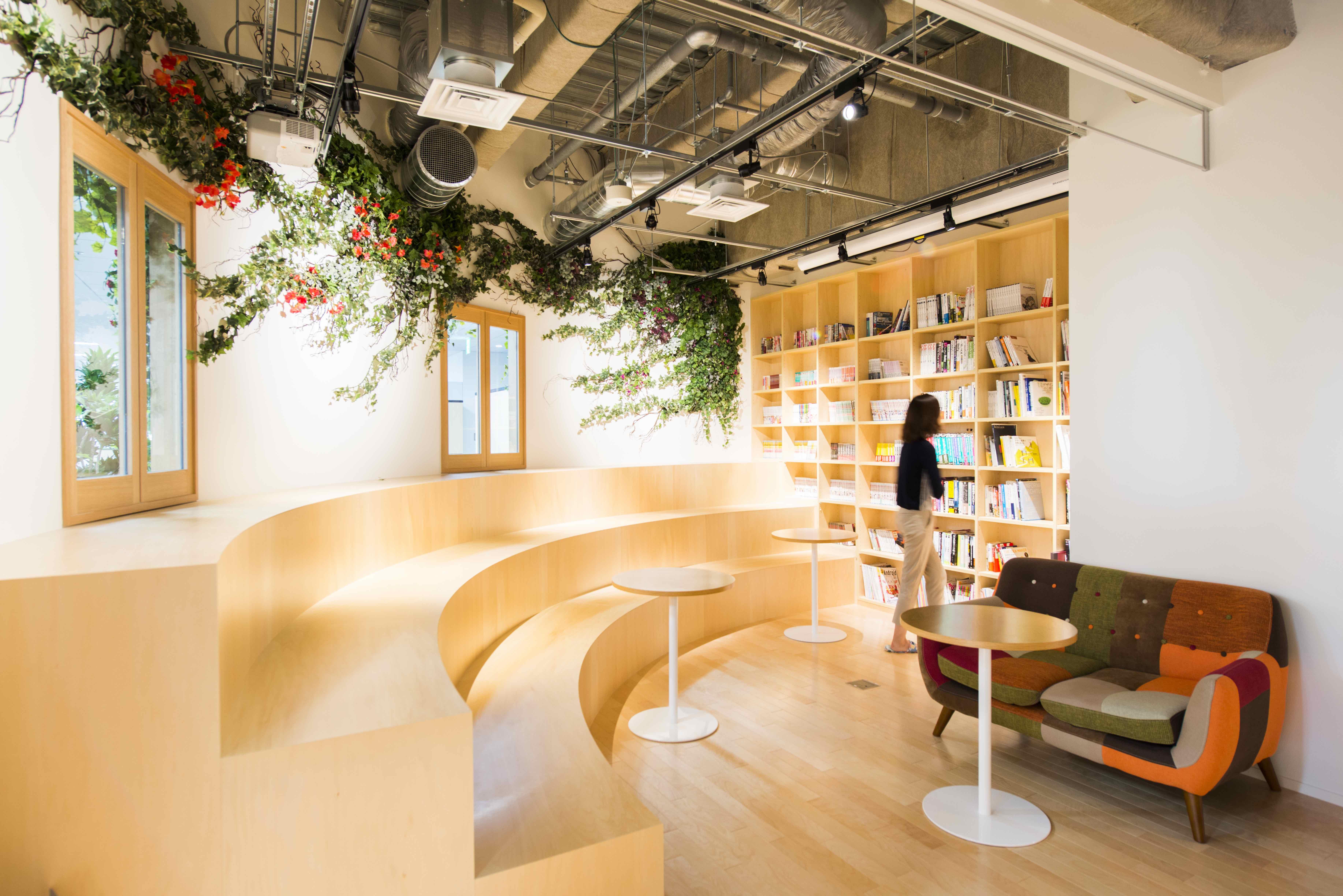 フラットな社内文化の他にも、推薦図書が揃っている図書スペース「LIBRALY」など、社員が活躍できる環境が整っていました。